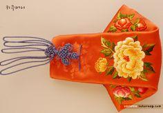 Asian Crafts, Art Bag, Korean Art, Korean Traditional, Bag Making, Knots, Finding Yourself, Arts And Crafts, Porcelain