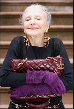 """Sfaturi valoroase de la o femeie de 92 de ani către toate femeile din lume: """"Când vrei să plângi: ține-te, suferă și mergi înainte"""" Dona Maria Jilo este o femeie de 92 de ani de o eleganță specială. În fiecare dimineața la ora 8:00, Dona este deja îmbrăcată, coafată, machiată modest, deși are o vedere …"""