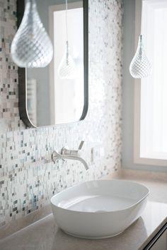 #Bathroom Goals: Gebogene Formen, wenig Ecken, viele Kurven, runde Räume. Im Juffing Hotel & Spa wird das Bad zum Wohlfühlraum mit anspruchsvollem Design.   #bathroomideas #badezimmer #design #luxuryhotels #waschbecken #lampen #waschbecken #zeitloseeleganz #hideaway #boutiquehotel #hoteldesign #interiorinspo Spa Hotel, Modern, Sink, Home Decor, Vanity Basin, Sink Tops, Trendy Tree, Vessel Sink, Decoration Home