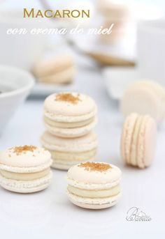 White macaron with cream honey honey Macaron Flavors, Macaron Recipe, Sweet Pastries, French Pastries, Mousse, Cake Recipes, Dessert Recipes, Creamed Honey, Types Of Cakes