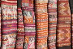 Aguayo antiguo tejido en telares tradicionales