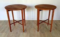 Paire de tables d'appoints pliantes en teck G-plan , bout de canapé Piètement teck massif Dimensions : Hauteur 45,5 cm - Diamètre 38 cm VENDU