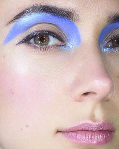 🐟🌸🐟 #makeup #makeup #mua #makeuplook #eyemakeup #eyeshadow #eyeliner #graphicliner #graphicmakeup #gloss #glossy #60smakeup #fentybeauty #kikomilano #maccosmetics