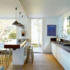 Une maison d'architecte face à la mer et à la Costa Brava, près de Cadaquès : Une paroi coulissante dans la cuisine