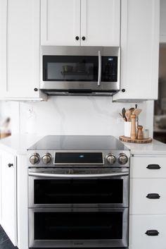 white quartz countertop and quartz backsplash slab Quartz Backsplash, Quartz Kitchen Countertops, Dark Kitchen Cabinets, Butcher Block Countertops, Big Kitchen, Kitchen Backsplash, Kitchen Design, Kitchen White, Kitchen Reno