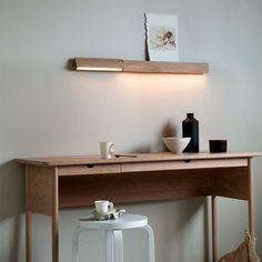 Designet er moderne minimalisme, enkelhet i funksjon og renhet i linjer. Den er laget av heltre, og gir lyset en jevn varm glød. Vegglampen kommer i eik, hvitoljet eik, ask og sorbeiset ask. Bestillingsvare – Leveringstid ca.4 uker. Floating Shelves, Office Desk, Furniture, Design, Home Decor, Chairs, Minimalism, Modern, Shopping