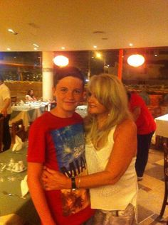 Here is a picture of Bonnie Tyler at the restaurant taken at the restaurant in Albuferia with a fan #bonnietyler #2010s #thequeenbonnietyler #therockingqueen #rockingqueen #rock #music #albuferia