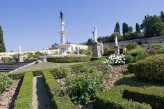Disposto su tre terrazze digradanti racchiuse entro alte mura perimetrali, il giardino segue una disposizione assiale. La prima terrazza, concepita come proseguimento esterno della villa, è caratterizzata da un disegno con sedici aiuole quadrate, al cui centro si trova una imponente fontana raffigurante Ercole ed Anteo