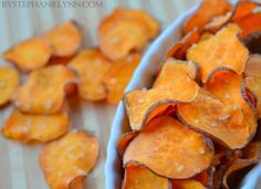 Homemade Sweet Potato Chips in the Microwave. Sweet potatoes come from a completely different food family than common potatoes. Sweet potatoes are one of the most nutritious vegetables. Homemade Sweet Potato Chips, Sweet Potato Recipes, Microwave Sweet Potato Chips, Microwave Chips, Healthy Bedtime Snacks, Healthy Snacks, Eat Healthy, Pampered Chef Recipes, Cooking Recipes