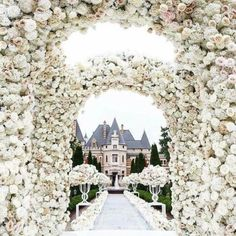 Basically our dream situation ✨ Castle wedding with a ton of lush florals 🌸 / photo: White Wedding Decorations, Wedding Themes, Wedding Designs, Elegant Wedding Cakes, Flower Decorations, Wedding Centerpieces, Wedding Goals, Destination Wedding, Wedding Planning