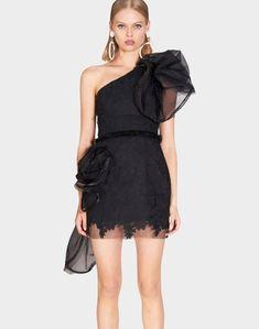 074641cd4 Vestido de fiesta negro con hombro asimétrico y lazo de Nicola Finetti.  Precioso vestido de