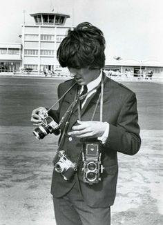 George Harrison con (izquierda a derecha) A Nikon F, A Kodak Retina IIS y su Rolleiflex.   http://tiendacostarica.cr/camaras-digitales/