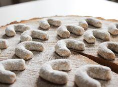 Nejlepší rohlíčky jsou ručně dělaný, žádný formy!! 👌😍😍 Ta jejich vůně je neskutečná! ❤ Recept: - 280g hl. mouky - 100g mletých vlašských ořechů (ještě jsem si je prosála, aby byly co nejjemnější) - 210g másla - 40g cukru moučka - 2 žloutky - vanilkový cukr společně s moučkovým cukrem na obalení Zpracované těsto nechat přes noc uležet v lednici. Péct na vymazaném plechu na 180°C - cca 10 min. Po 3 minutách opatrně obalit v cukru. Z této dávky mi vyšly 2 plechy. 👌😍