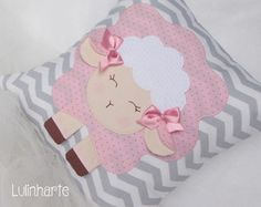 Almofada Ovelhinha Sewing Projects For Kids, Sewing For Kids, Baby Sewing, Sewing Crafts, Cute Pillows, Baby Pillows, Colorful Pillows, Sheep Crafts, Felt Crafts