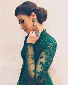 Super hair bun for saree hairdos ideas Curly Bun Hairstyles, Indian Wedding Hairstyles, Trendy Hairstyles, Updo Hairstyle, Bollywood Hairstyles, Saree Hairstyles, Bollywood Stars, Green Formal Dresses, Elegant Dresses
