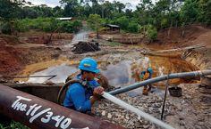Homens da comunidade de Rumipamba limpam vestígios de um derramamento de óleo de 1976. Pelo trabalho, recebem 450 dólares mensais, mas eles e suas famílias têm problemas de saúde, como erupções cutâneas crônicas causadas pela exposição ao óleo-NG154-098-099-1