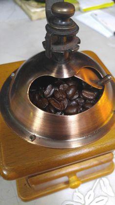 족발을 건지고 땀은 나지만 열심히 갈아내린 커피를 마시며 잠시휴식..  한번 내릴때 넉넉히 내려서 오후에 얼음띄워 마시면 완전 짱  아침마다 커피향이 매장에 가득하다..  #광명전통시장 #광명시장 #전통시장 #재래시장 #추천맛집 #광명할머니왕족발 은 #광명소셜상점 #미리내가게 #광명전통시장시세 #광명동굴 #광명시 와 함께합니다
