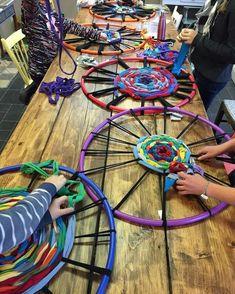 Hula Hoop Tapis, Hula Hoop Rug, Hula Hoop Weaving, Weaving Projects, Weaving Art, Art Projects, No Sew Projects, Fun Crafts, Crafts For Kids