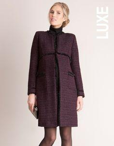 Laine bouclée avec fil argenté Coupe droite Gansé de ruban de velours noir Ligne taille empire  Ce manteau a été conçu pour être porté avant, pendant et après votre grossesse. Cependant, si vous n'êtes pas enceinte nous vous conseillons de choisir une taille en dessous afin qu'il soit plus cintré.  Conçu dans le studio londonien de Séraphine et porté par Kate Middleton, le manteau de maternité MARINA est fait dans un luxueux tweed de laine bouclé. Les fils d'argent subtiles ajout...
