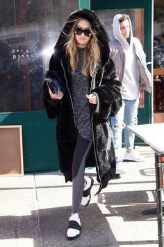 Gigi Hadid — hadidfashion: Gigi out and about in NYC March 17 Estilo Gigi Hadid, Bella Gigi Hadid, Bella Hadid Style, Gigi Vogue, Fur Coat Outfit, Nyc March, Gigi Hadid Outfits, Black Fur Coat, Athletic Fashion