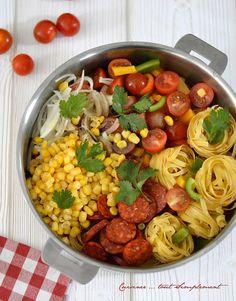 Un plat de pâtes d'une grande simplicité et très gouteux . Ingrédients ( pour 4 personnes ) de tagliatelles poivon vert poivron jaune de Chorizo doux de Maïs égoutté 12 tomates cerise oignon branches de Coriandre s d'huile. One Pan Pasta, Pot Pasta, Pasta Dishes, Cooking Chef, Batch Cooking, Cooking Recipes, Healthy Recipes, One Pot Dishes, One Pot Meals