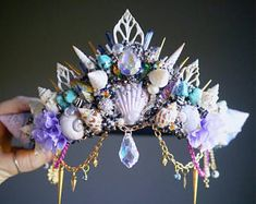 Mermaid Sign, Mermaid Crown, Mermaid Mermaid, Art Projects For Adults, Toddler Art Projects, Shell Crowns, Crystal Crown, Crown Headband, Halloween Disfraces