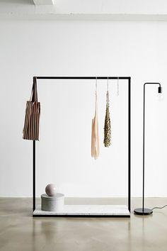 RackBuddy Claude – Black clothes rack with marble-look bottom shelf Metal Clothes Rack, Diy Clothes Rack, Clothes Rail, Hanging Clothes Racks, Clothing Racks, Boutique Interior, Clothing Store Design, Garment Racks, Rack Design