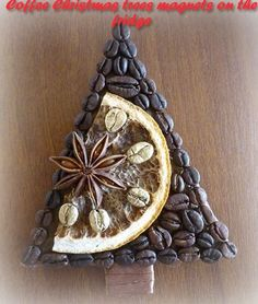 Coffee Christmas trees magnets on the fridge 5 Christmas Art, Christmas Projects, Christmas And New Year, Christmas Holidays, Christmas Ornaments, Pine Cone Crafts, Holiday Crafts, Art Floral Noel, Coffee Bean Art