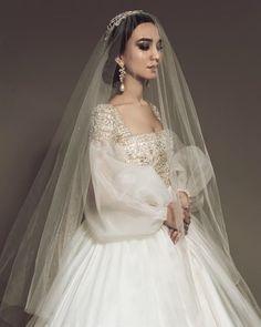 Beautiful long puffy sleeve wedding gown with veil. Western Wedding Dresses, Dream Wedding Dresses, Bridal Dresses, Vestidos Vintage, Vintage Dresses, Wedding Looks, Wedding Bride, Cake Wedding, Celebrity Wedding Gowns