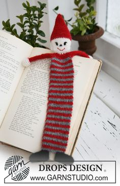 """Ravelry: Crochet Santa bookmark in """"Alpaca"""" pattern by DROPS design Crochet Christmas Stocking Pattern, Crochet Santa, Crochet Christmas Trees, Christmas Knitting, Christmas Crafts, Marque-pages Au Crochet, Crochet Books, Free Crochet, Crochet Granny"""