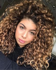 Do you like your wavy hair and do not change it for anything? But it's not always easy to put your curls in value … Need some hairstyle ideas to magnify your wavy hair?