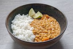 Rode linzen curry in een kom Grains, Curry, Dinner Recipes, Curries, Seeds, Supper Recipes, Korn