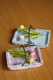 Tiny Little Life: ohje: Kukkien keräys kori. Dollhouse Miniature Tutorials, Diy Dollhouse, Miniature Dolls, Dollhouse Miniatures, Miniature Plants, Miniature Fairy Gardens, Dollhouse Accessories, Doll Accessories, Minis