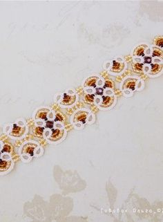 Bracelet of tatting delicate and beautiful