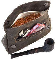Nicht nur Großväter rauchen Pfeife. Dieses alte Rauchwerkzeug erfreut sich auch wieder bei jungen Leuten äußerster Beliebtheit und daher haben wir für alle Pfeifenraucher die perfekte Tasche im Angebot! Mit 'Jared' findest Du Platz für Tabak, Feuerzeug und Pfeife - Tabaktasche - Naturkautschuk - Gusti Leder - 2t6-22-6