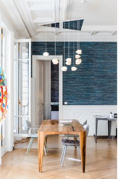 Parisian chic was reinterpreted in this Haussmannian space. Atelier Compostelle trusted our handmade abaca wallcovering for a touch of poetry Lustre Design, Parisian Chic, Decoration, Collaboration, Blinds, Ceiling Lights, Architecture, Table, Projects