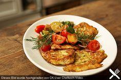 Zucchini-Ricotta-Puffer mit buntem Tomatensalat