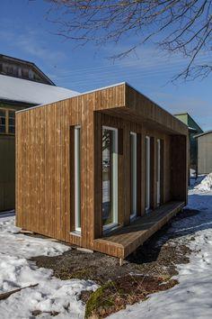 Mini-hus med kledning i Kebony Garage Doors, Shed, Outdoor Structures, Outdoor Decor, Home Decor, Decoration Home, Room Decor, Home Interior Design, Carriage Doors