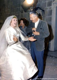 Robert Wise with Julie Andrews on the set of The Sound of Music; I adore Julie Andrews! Julie Andrews, Sound Of Music Movie, Movie Stars, Movie Tv, Stana Katic, Julia Roberts, Classic Hollywood, Old Hollywood, Angelina Jolie