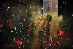 Una mujer baila bajo los pétalos y los polvos de colores del Holi. La celebración fue organizada solo para viudas en un viejo ashram, lugares de meditación regentados por organizaciones benéficas, de la ciudad sagrada de Vrindavan, al norte de India. ANDREA DE FRANCISCIS. El color de la India | EL PAÍS Semanal | EL PAÍS