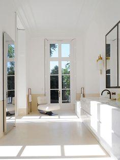 Banheiro com poltrona