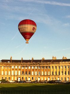 We love picnics with our students by The Royal Crescent, Bath. Especially with the chance to spot hot air balloons English Architecture, Georgian Architecture, Us Honeymoon Destinations, English Castles, Balloon Rides, Magic Carpet, Air Travel, England Uk, British Isles