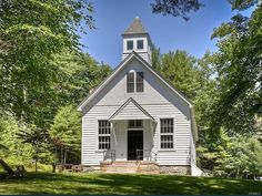 This classic one-room schoolhouse was built in the late in Lumberland, New York. It has been restored and converted into a boutique inn. Country School, Old School House, School Days, New York, Cozy Cabin, Old House Dreams, Architectural Digest, Old Houses, Tiny Houses