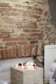 Rénovation une maison en gîte de charme.  Matériaux utilisé : briques, pierres, bois, terre-cuite..