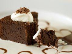 Receta de Pastel de Chocolate Vienés | Deliciosa receta de pastel de chocolate con nueces molidas preparado todo en la licuadora! Prepara este delicioso pastel de chocolate vienés.