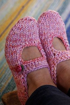 Super cute and fast free Pattern using worsted weight and 5mm needles: AK's slippers by Anna Kaisa Piispanen (via Ravelry)