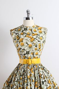 ➳ vintage 1950s dress  * daisy print cotton * detachable belt * pleated full skirt * metal side zipper  condition | excellent  fits like xs  length 40 bodice 15.5 bust 34-35 waist 25-26 hem allowance 1.5  some clothes may be clipped on dress form to show best fit for appropriate size.  ➳ shop http://www.etsy.com/shop/millstreetvintage?ref=si_shop  ➳ shop policies http://www.etsy.com/shop/millstreetvintage/policy  twitter | MillStVintage facebook | millstreetvintage instagram…