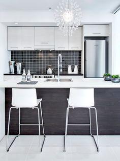 Cozinha modulada em tom de preto e branco.