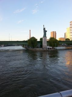 Tour Eiffel and Statue of Liberty: bet you never saw those together in New Yourk?