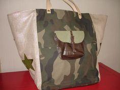 Ce cabas de taille moyenne est réalisé dans une toile camouflage pour l'avant et l'arrière avec une poche en simili cuir marron et suédine kaki sur le devant. Les côtés sont - 16025990